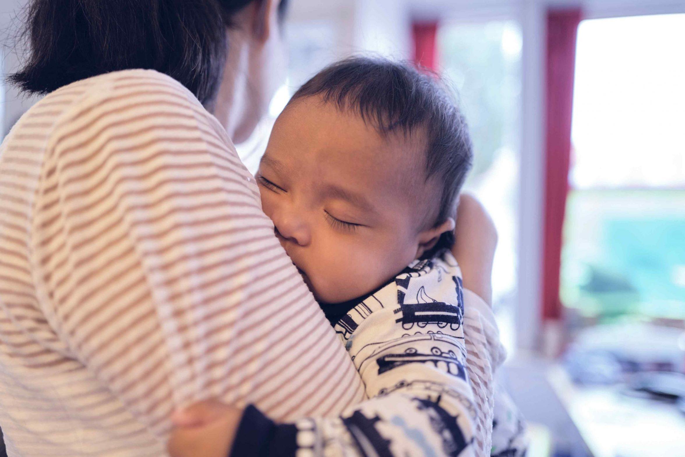 Baby er faldet i søvn på sin mors arm. Foto: Keen Heick-Abildhauge