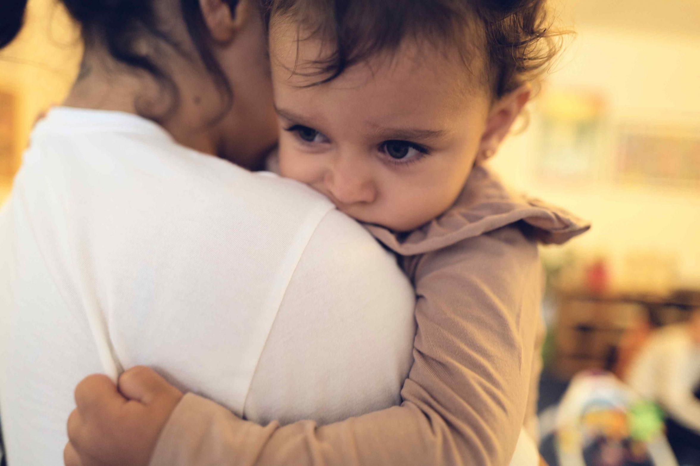 Betuttet pige holder fast i sin mor. Foto: Keen Heick-Abildhauge