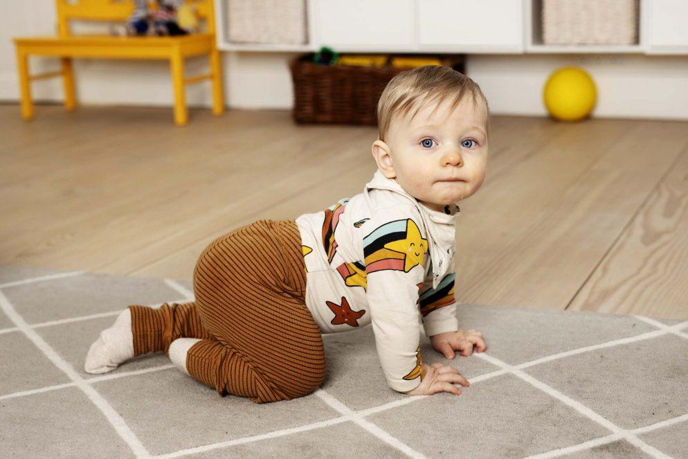 Dreng kravler. Foto: Rie Neuchs
