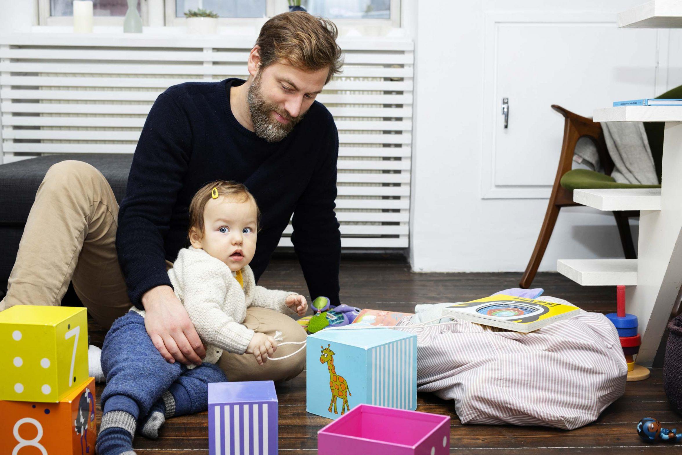 Far leger med sin datter. Foto: Rie Neuchs
