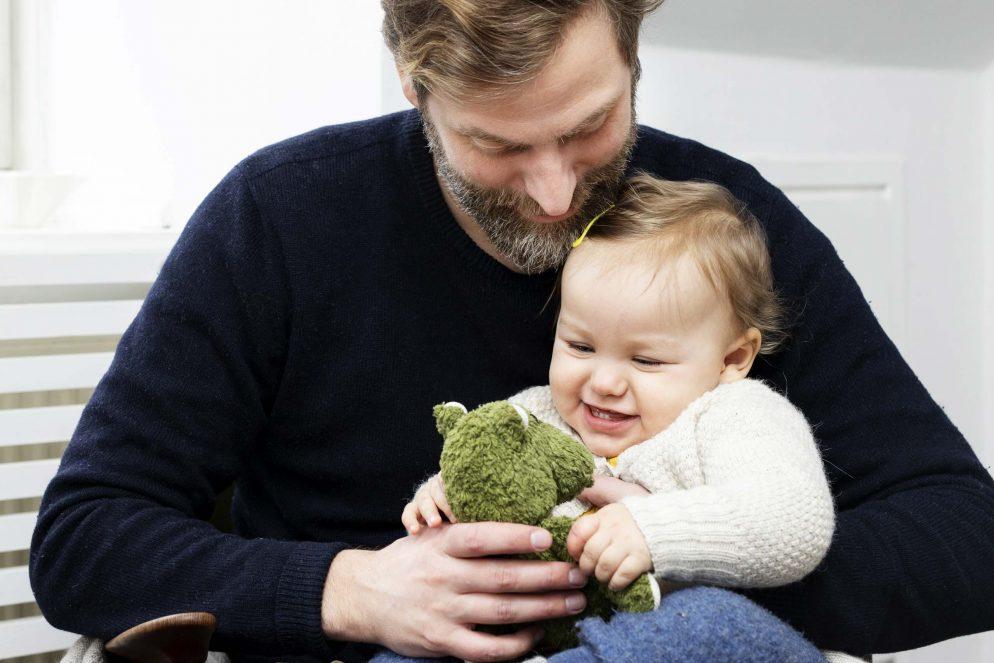 Far og datter krammer og griner. Foto: Rie Neuchs