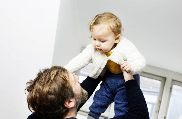 Far giver pige en flyvetur. Foto: Rie Neuchs