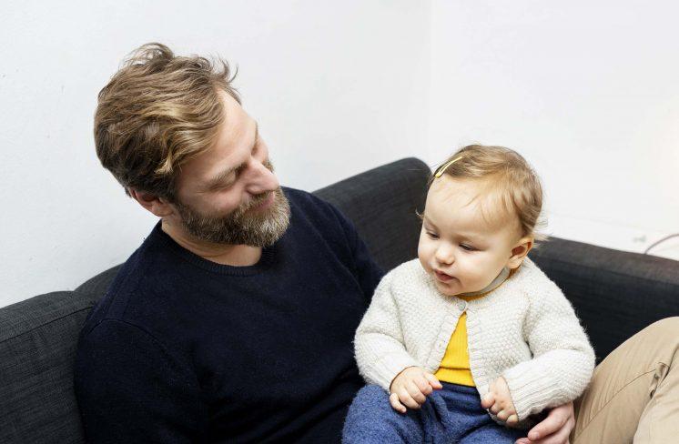Far og pige i sofa sammen. Foto: Rie Neuchs