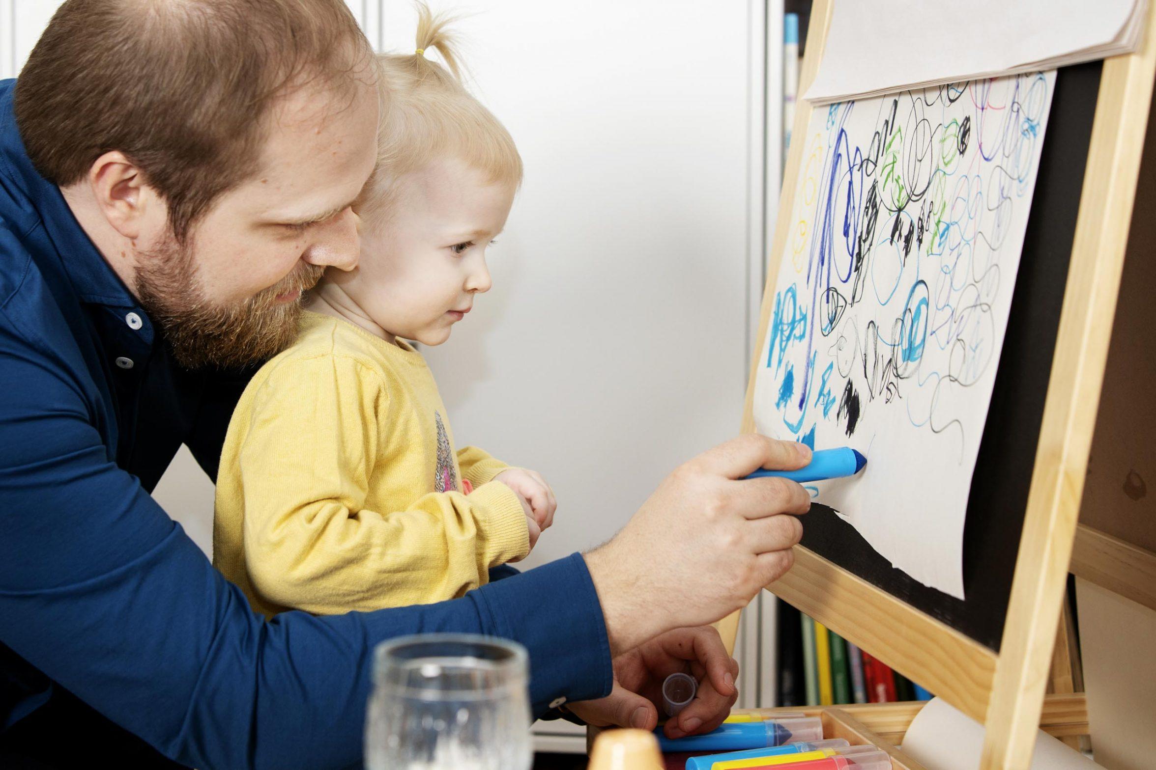 Far tegner med lille pige. Foto: Rie Neuchs