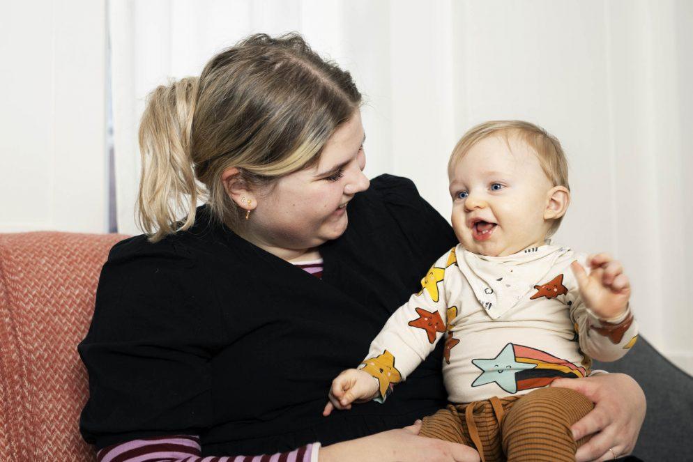 Mor og dreng der smiler. Foto: Rie Neuchs