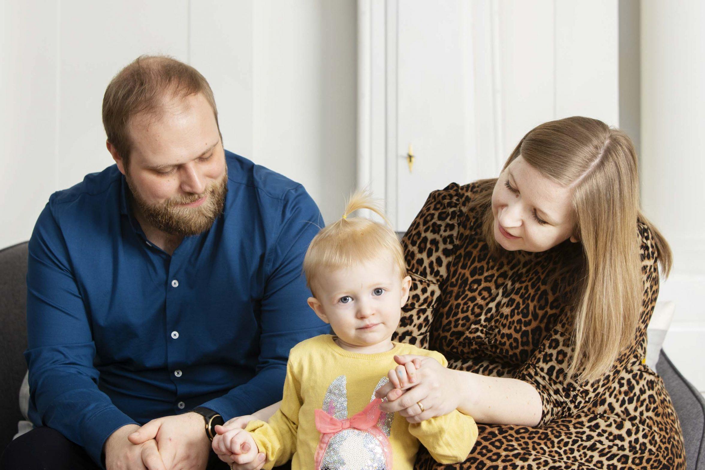 Mor, far og lille pige i sofa. Foto: Rie Neuchs